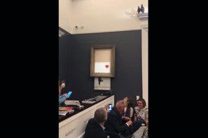 Banksy prekvapil účastníkov aukcie v londýnskej galérii Sotheby's.