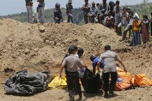 Zemetrasenie a následne cunami si v Indonézii vyžiadali najmenej dvetisíc obetí.