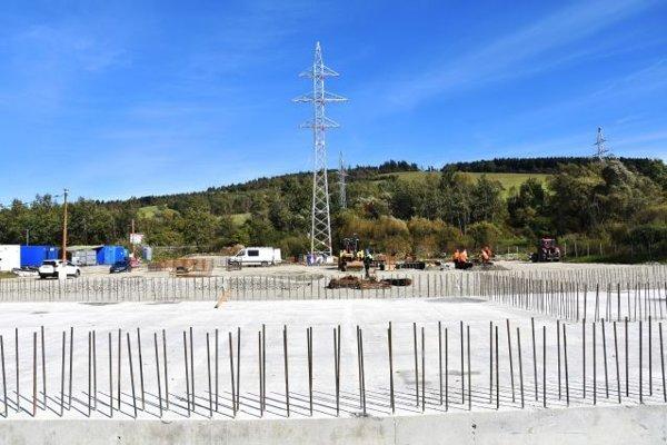 Nová transformovňa v Krásne nad Kysucoubude premieňať veľmi vysoké 110.000-voltové napätie na vysoké 22.000-voltové.