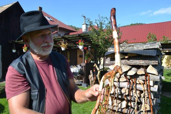 Teodor Očenáš vyrába aj bakule pre ľudí, ktorí potrebujú oporu pri chôdzi. Tiež sú skvostné.