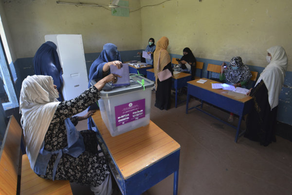 Voľby v Afganistane sprevádza chaos aj porušovanie zákona