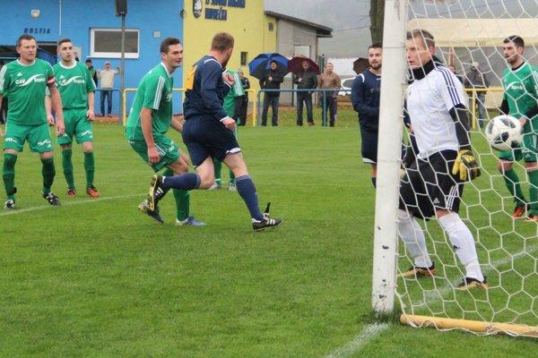 Druhý gólový moment Vavrečky proti Oravskej Porube. Hlavou skóroval Branický.
