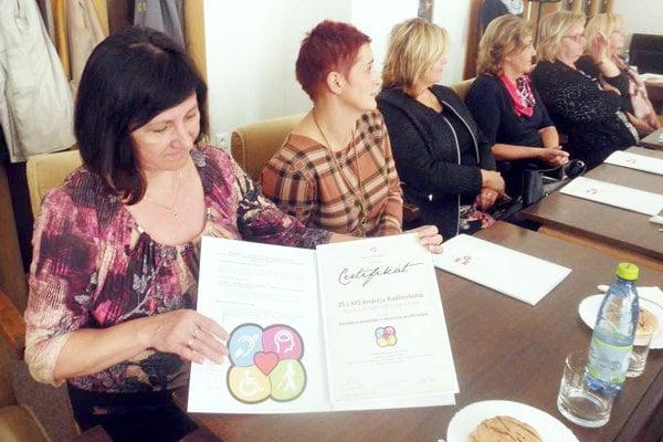 Zástupkyne škôl si certifikát prevzali na mestskom úrade.