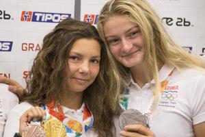 Slovenské medailistky z olympijských hier mládeže Emanuela Luknárová (vľavo) a Katarína Pecsuková.