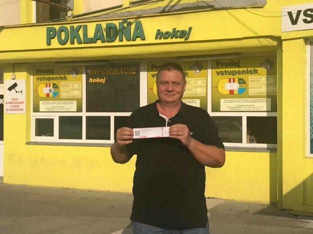 Peter Durmis pred žilinským hokejovým štadiónom.