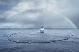 Prvý systém Ocean Cleanup dorazil k Veľkej odpadkovej škvrne v októbri 2018. Nakoniec má byť na mieste 60 rovnakých systémov na odstraňovanie oceánskeho odpadu.