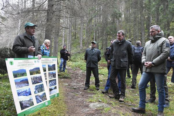Vláda videla zničený les a okrem iného rozhodla aj o finančnej pomoci.