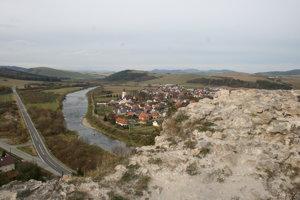 Výhľad z hradu na meander rieky Poprad.