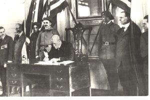 T. G. Masaryk podpisuje 26. októbra 1918 vo Philadelphii deklaráciu o slobode a princípoch spolupráce stredoeurópskych národov.