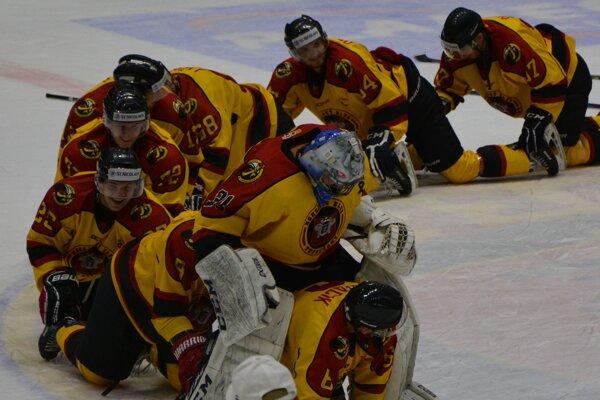 Topoľčany zdolali lídra, po zápase urobili hráči tradičný vláčik.