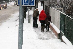 Sneh z chodníkov museli vlani odpratávať majitelia nehnuteľností.