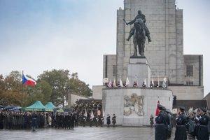 Prezidenti ČR a SR prichádzajú na pietny akt kladenia vencov na Národnom pamätníku v Prahe.