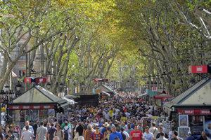 Ľudia kráčajú po ulici Rambla v Barcelone.