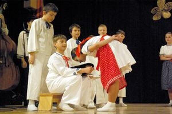 Malí folkloristi z Dúbravčeka postúpili po prvý raz do krajského kola súťaže.