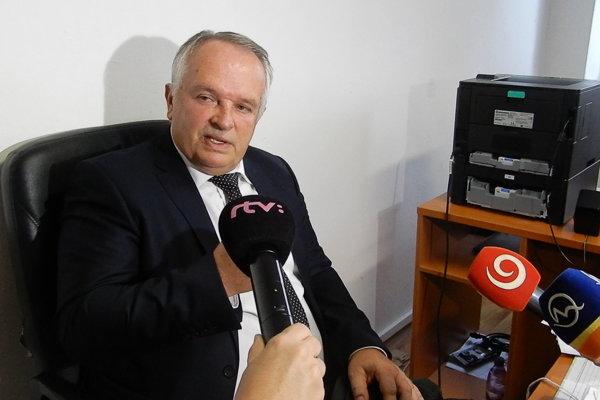 Sudca Okresného súdu v Poprade Miroslav Radačovský počas rozhovoru s novinármi po vynesení rozsudku v kauze pozemkov vo Veľkom Slavkove.