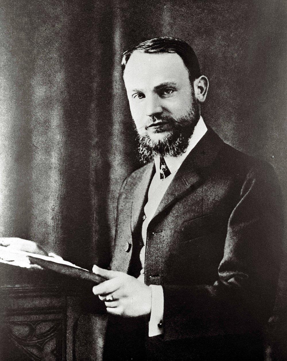 Štefánik spočiatku napĺňal túžbu svojho otca a študoval za stavebného inžiniera, ale uchvátila ho astronómia.