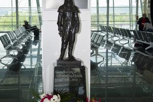 Socha M.R. Štefánika na letisku v Bratislave, ktoré nesie jeho meno.