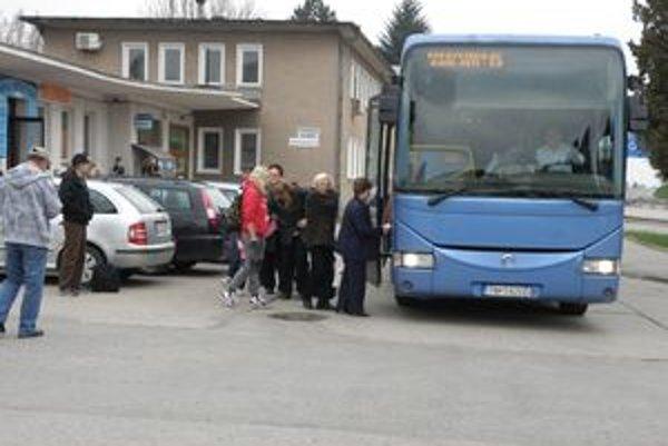Odstaví vedenie nemocnice autobusové zastávky?