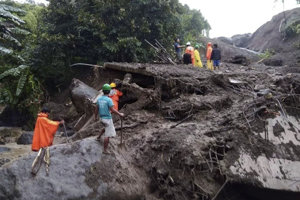 Pozostatky budov po zosuve pôdy v meste Natonin na Filipínach.