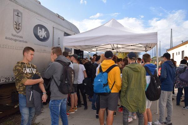 Protidrogový vlak stál v Žiline niekoľko hodín. Prišli aj žiaci zo Strednej odbornej školy stavebnej v Žiline.