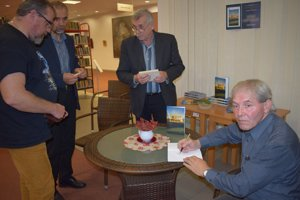 Autogramiáda po predstavení knihy.