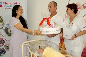 Andrejka, mamička Ester, si preberá dar od nemocnice.
