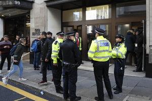 Policajti pred sídlom spoločnosti Sony Music v Londýne.