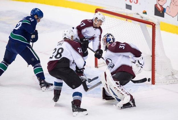 Hokejisti Vancouveru dosahujú víťazný gól v predĺžení, ktorý napokon pripísali Derrickovi Pouliotovi (nie je na snímke).