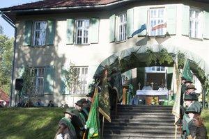 Sviatok sv. Huberta si nedávno pripomenuli kysuckí poľovníci v areáli kaštieľa v Oščadnici.