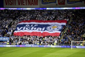 Aj fanúšikovia Leicesteru si uctili pamiatku zosnulého šéfa klubu.