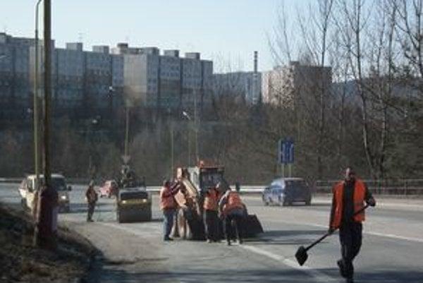 Opravy mesto zabezpečilo zatiaľ len na najkritickejších úsekoch.