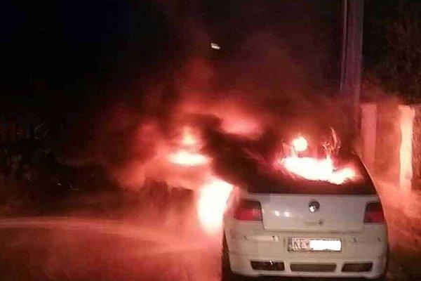 Auto zhorelo po zásahu neznámeho páchateľa.