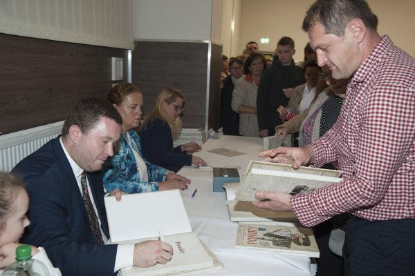 Autori monografie počas autogramiády.
