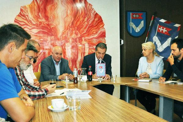 Na mestskom úrade sa uskutočnilo stretnutie garantov súťaže s pedagógmi zo škôl.