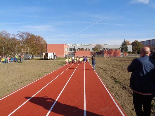 Tartanová dráha je dlhá 250 metrov.