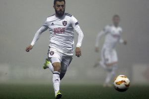 Hosťujúci Vachtang Čanturišvili beží za loptou.