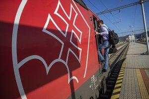 Rušňovodiči sa počas trasy menia, Gregor riadi vlak z Košíc do Trenčína a späť.