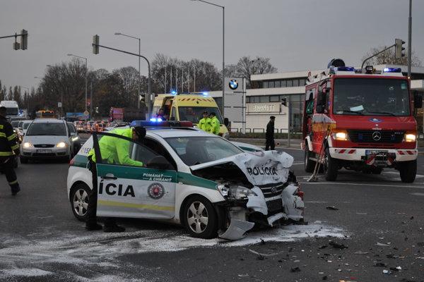 Po nehode ostalo zdemolované policajné auto a traja zranení.