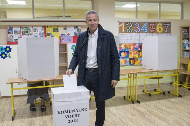 Kandidát na primátora Bratislavy Václav Mika vhadzuje hlasovací lístok do volebnej schránky v komunálnych voľbách 2018.