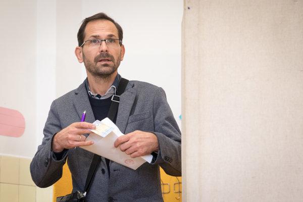 Ján Mrva sa chcel stať primátorom, skončil štvrtý. Na snímke v novembri 2018 počas komunálnych volieb na ZŠ Kataríny Brúderovej. Trojnásobný starosta dnes robí geodeta vo firme svojej manželky.