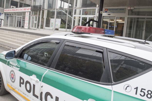 Policajná hliadka pred Štatistickým úradom v Bratislave.