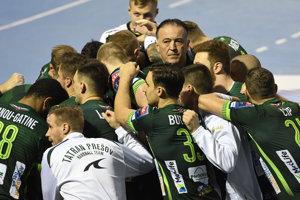 Na snímke hráči Tatranu Prešov, hore uprostred tréner Slavko Goluža.