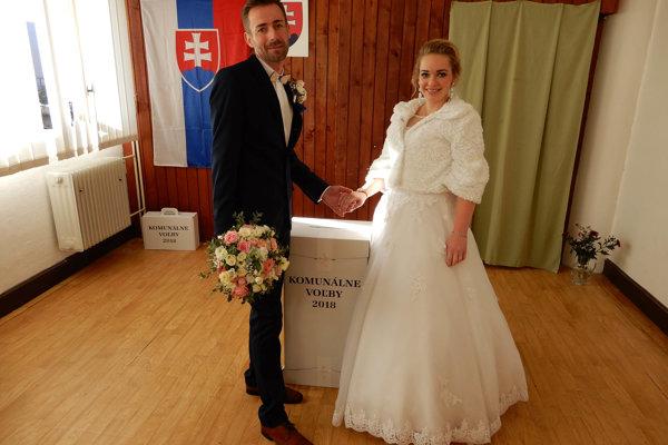 Teraz už manželia Oleňákovci vo volebnej miestnosti v Ľubeli.