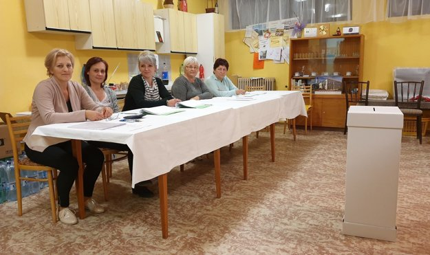 Volebná komisia v okrsku číslo 3 v meste Tisovec v Rimavskosobotskom okrese.
