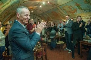Na snímke kandidát na primátora Banskej Bystrice Ján Nosko (vľavo) reaguje na priebežné výsledky komunálnych volieb počas volebnej noci v Banskej Bystrici.