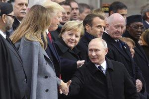 Putin sa takisto pozdravil s ďalšími prítomnými lídrami vrátane francúzskeho prezidenta Emmanuela Macrona a nemeckej kacelárky Angely Merkelovej.