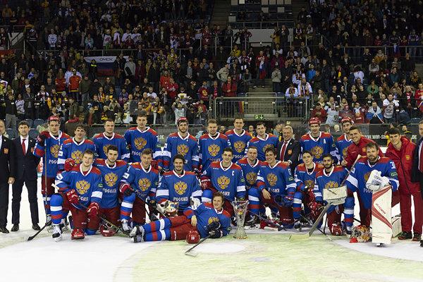 Ruskí hokejisti sa radujú z celkového prvenstva na turnaji Nemecký pohár 2018.