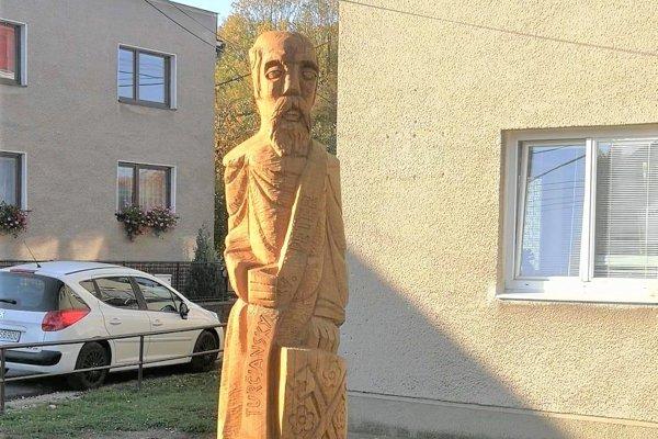 Socha sv. Petra pred obecným úradom.