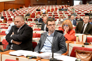 Jozefovi Andrejčákovi (vpravo) sa ako jedinému zo Smeru podarilo v Košiciach obhájiť poslanecký mandát aj starostovské kreslo.