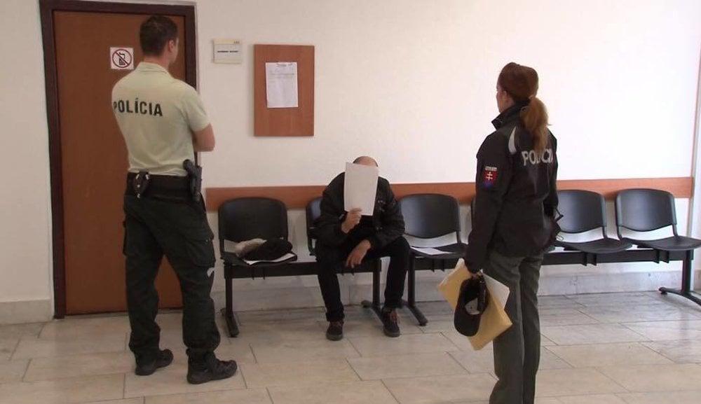Policajti chytili recidivistu pri čine - fotogaléria - mytrencin.sme ... ab556bf0bcc